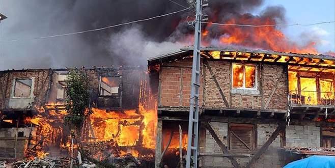 Köyde büyük yangın! 30 ev ve ahır kullanılamaz hale geldi