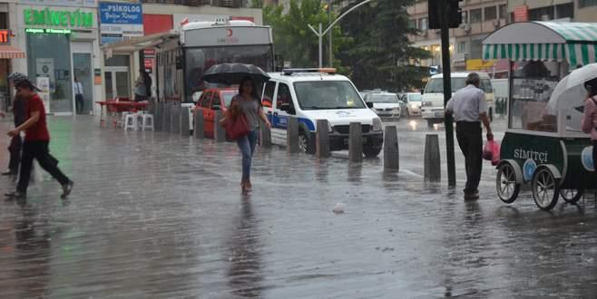 Bursa'da yağmur, vatandaşları hazırlıksız yakaladı
