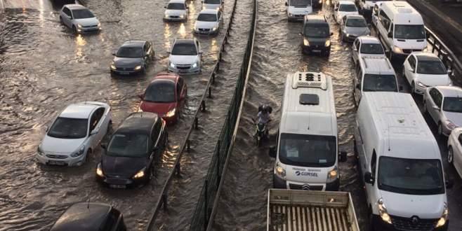 İstanbul'da yağış hayatı felç etti!