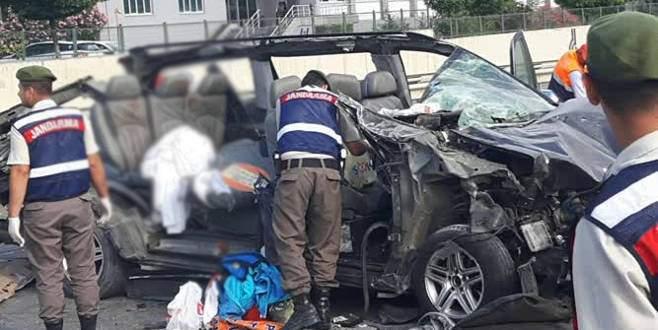 Minibüs park halindeki TIR'a çarptı: 3 ölü, 2 yaralı