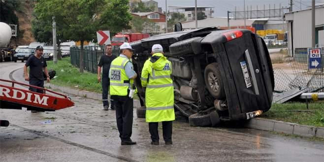 Bursa'da otomobil elektrik direğine çarptı: 3 yaralı