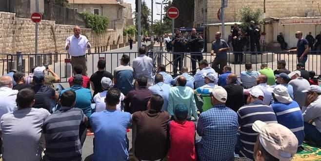 Binlerce Filistinli cuma namazını Kudüs'ün caddelerinde kıldı