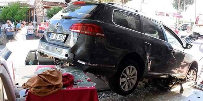 Önce yaya ve araçlara çarptı sonra restorana girdi