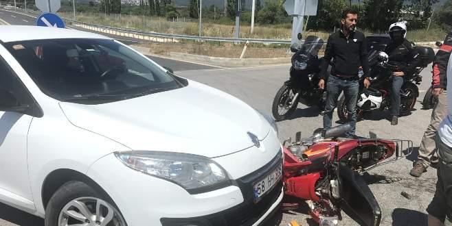 Bursa'da motosiklet otomobilin altına girdi: 1 yaralı