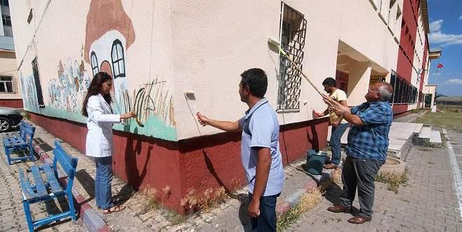 Tatile gitmeyip okullarını onarıyorlar
