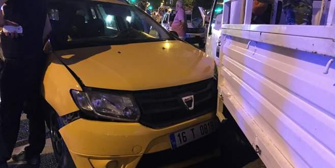 Ticari taksiye ortadan çarptı: 4 yaralı
