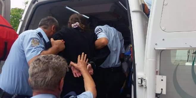 İntihara kalkışan kadını polis kelepçeleyip kurtardı
