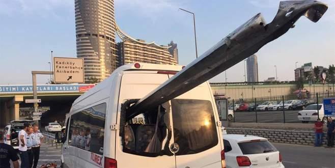 Bariyerler minibüse saplandı