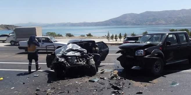 Kamyonetle otomobil çarpıştı: 3 ölü, 2 yaralı