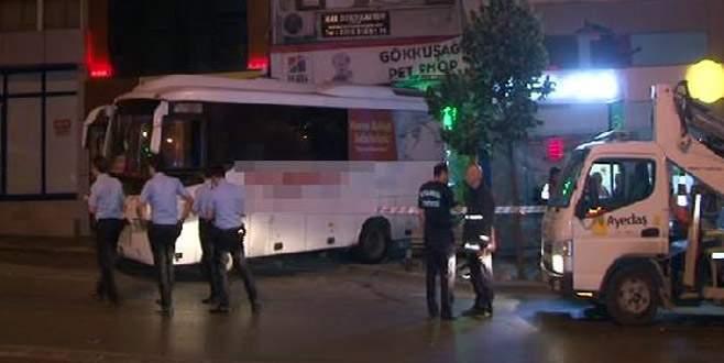 Freni boşalan park halindeki otobüs işyerine girdi