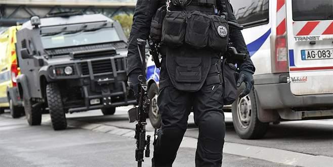 Paris'te askerlere araçlı saldırı