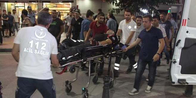 Kavga edenleri ayırmaya çalışan polis memuruna saldırı