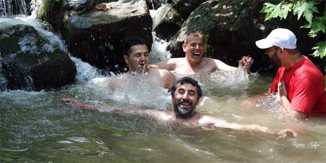 Bursalı dağcılar doğal havuzlarda serinliyor