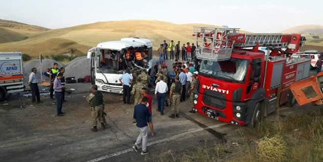 TIR'dan düşen vinç midibüse çarptı: 8 ölü, 14 yaralı