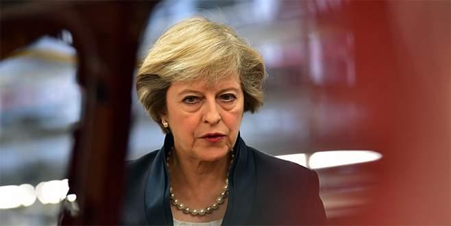 İngiltere Başbakanı May 'görevimin başındayım' mesajı verdi