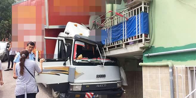 Balkona çarptı, mahalleli sokağa döküldü