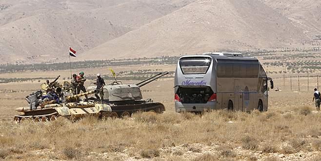 DEAŞ'lılar tank korumasında taşınıyor
