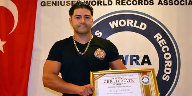 Dakikada 524 yumruk atarak dünya rekoru kırdı