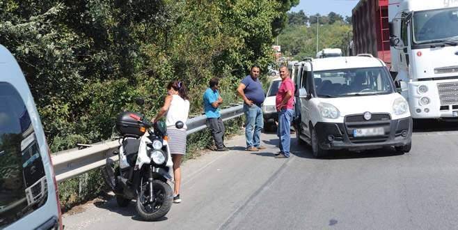 Hafif ticari araç motosiklete çarptı: 2 yaralı