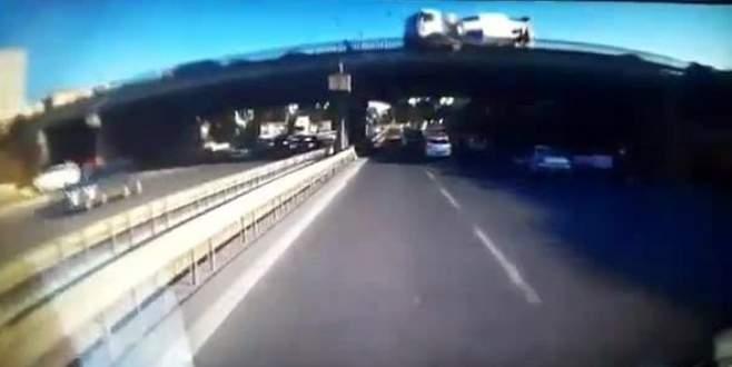 Beton mikseri köprü üzerinden böyle düştü