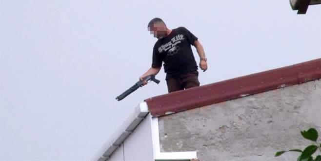 Çatıya çıkan kişi pompalı tüfekle dehşet saçtı