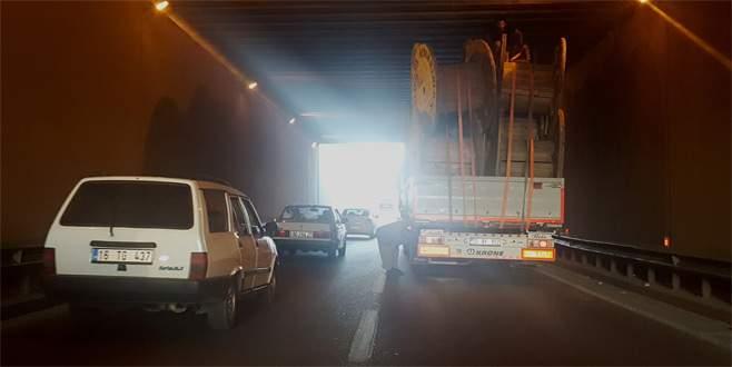 Bursa'da makara yüklü kamyon alt geçide sıkıştı