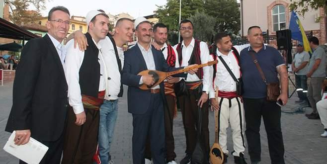 Belediye başkanına müzik aleti çaldırdılar