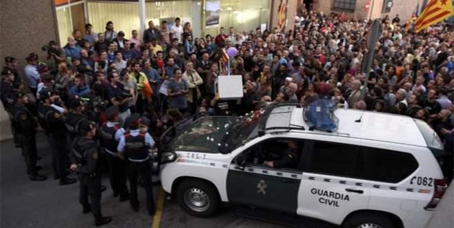 Katalan bakanlıklara referandum baskını