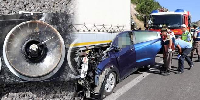 Otomobil TIR'a çarptı: 5 ölü