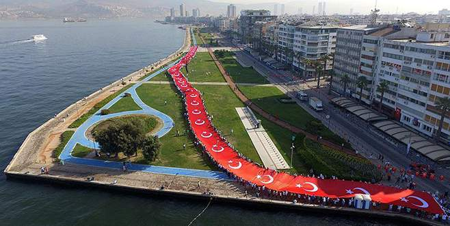 İzmir'de Zafer Yürüyüşü düzenlendi