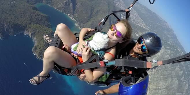 Kucağında köpeğiyle 2 bin metreden uçtu
