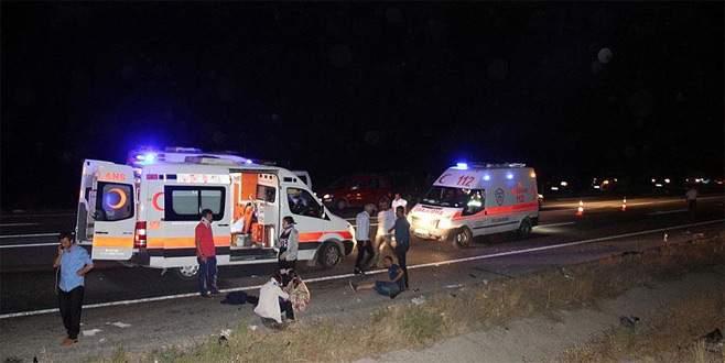 Yolcu otobüsü ve otomobil çarpıştı: 1 ölü, 17 yaralı