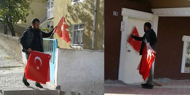 Muhtar, mahalledeki tüm evlerin kapısına Türk bayrağı astı