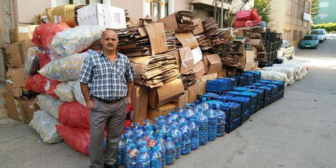 Yardım kuruluşlarına destek için sokak sokak gezerek karton topluyor