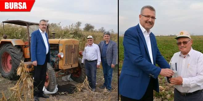 50 yıldır 1950 model traktörle tarlasını süren çiftçiye ödül