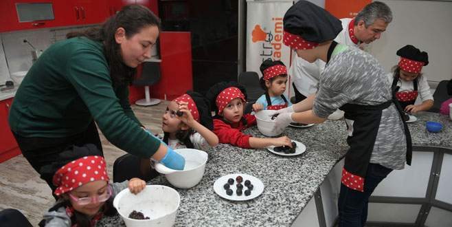 Minikler pasta yapmayı öğrendi