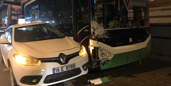 Bursa'da otomobil otobüse çarptı