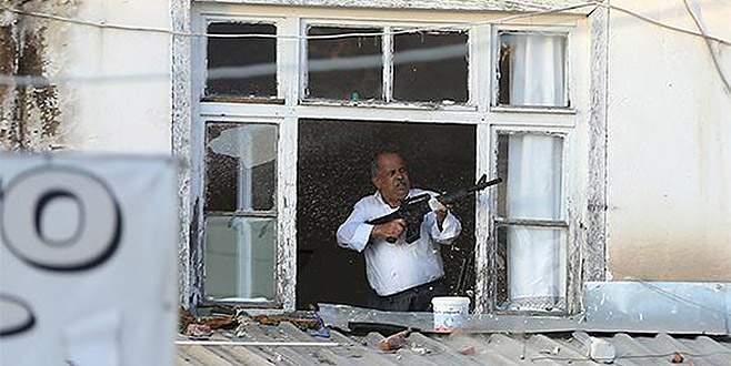 Pencereye çıkıp ateş açmaya başladı