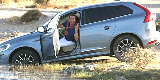 Arabası göldeyken böyle poz verdi!