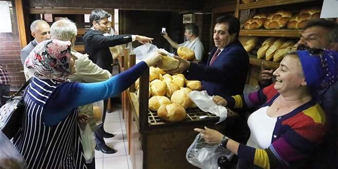 Bursa Valisi fırında ekmek dağıttı