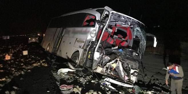 Yolcu otobüsü ile TIR çarpıştı: 1 ölü, 20 yaralı