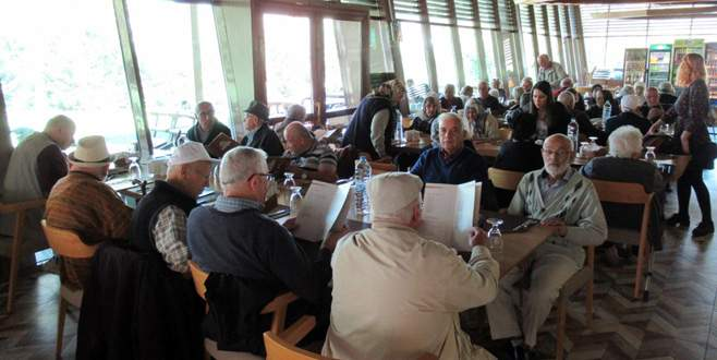 Huzurevi sakinlerinin Misi'de yemek keyfi