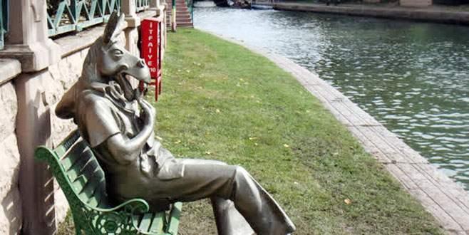 Çevreyi kirletenlere 'çekirdek çitleyen eşek'li heykel tepkisi