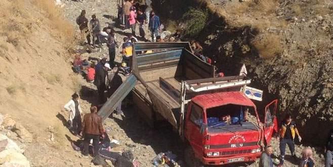 Kaçakları taşıyan kamyonet devrildi: 40 yaralı