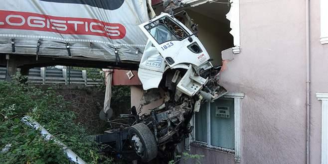 Sürücü hayatını kaybetti, evdekiler deprem korkusu yaşadı