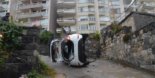 Bursa'da otomobil okulun bahçesine düştü