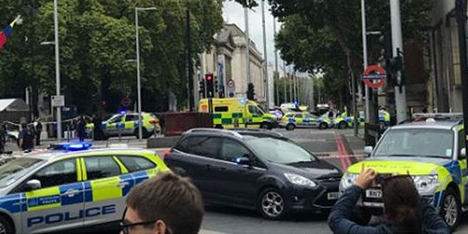 Londra'da bir araç yayalara çarptı