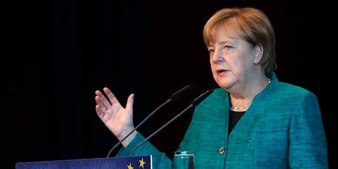 Merkel: FDP ve Yeşiller'le koalisyon görüşmesi yapılacak