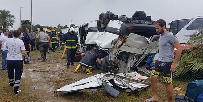 Turistleri taşıyan midibüs devrildi: 3 ölü, 10 yaralı