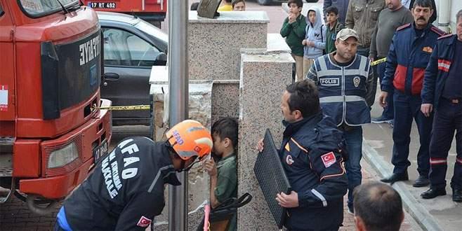 Öğrencinin başı Atatürk büstü ile duvar arasına sıkıştı